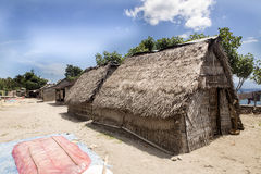 Fattiga kojahavsväxtodlare, Nusa Penida, Indonesien arkivbilder