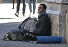 Fattiga män frågar för pengar i en kommersiell gata i Barcelona Arkivbild