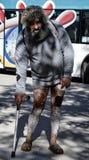 Fattiga män frågar för pengar i en kommersiell gata i Barcelona Royaltyfria Bilder