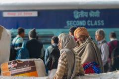 fattigt folk på drevstationen av Haridwar, Indien Lagledare för andra grupp, det mest billiga drevet in I arkivbilder