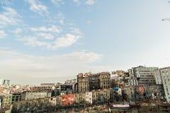 Fattigt hus som ses från gatorna av Istanbul Royaltyfria Bilder