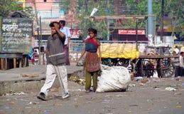Fattigt indiskt folk som bor i en hydda i stadsslumkvarteret Royaltyfri Bild