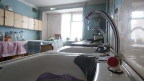 Fattigt sovjetiskt kök - defekt vattenrinnande vattenvattenkran stock video