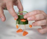 Fatto dell'uomo del cetriolo con le cuffie della carota immagini stock libere da diritti