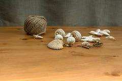 fatto a mano Bianco-beige lavora all'uncinetto il seashel naturale del pendente delle perle Fotografia Stock