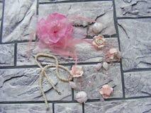 Fatto a mano con i fiori fatti dell'argilla del polimero, perle di plastica immagini stock libere da diritti