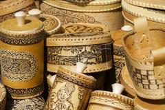 Fatto a mano dei manoscritti della corteccia di betulla e delle stoviglie ambientali fatti di legno Fotografia Stock