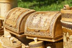 Fatto a mano dei manoscritti della corteccia di betulla e delle stoviglie ambientali fatti di legno Immagini Stock