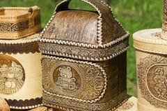 Fatto a mano dei manoscritti della corteccia di betulla e delle stoviglie ambientali fatti di legno Immagine Stock