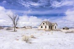 Fattoria abbandonata di colorado nell'inverno con neve fotografia stock