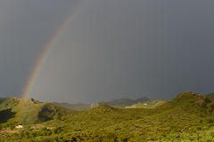 Fattoria all'estremità di un arcobaleno, Catalogna, Spagna Immagini Stock