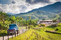 Fattoria e camion sulla strada non asfaltata nelle montagne fuori di Jerico Colombia Immagini Stock Libere da Diritti