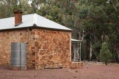 Fattoria la casa originale del colono con la gazza su terra immagine stock libera da diritti