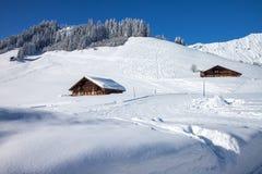 Fattoria nelle alpi svizzere e nelle montagne innevate Immagine Stock Libera da Diritti