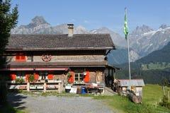 Fattoria sopra Engelberg sulle alpi svizzere fotografia stock libera da diritti