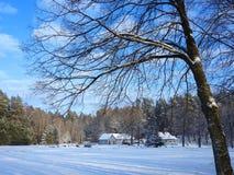 Fattoria vicino alla foresta nell'inverno, Lituania Immagini Stock Libere da Diritti