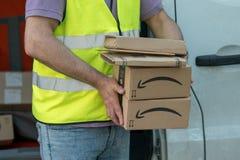 Fattorino di Amazon sul lavoro immagini stock