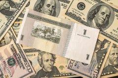 Fattura dei pesi cubani sopra parecchie banconote in dollari Fotografie Stock Libere da Diritti
