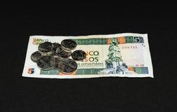 Fattura dei pesi di Cinco del cubano con le monete su  fotografia stock