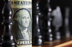 Fattura del dollaro sulla scheda di scacchi Fotografia Stock