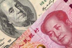 Fattura di dollaro americano e macro della banconota di yuan della Cina Immagini Stock