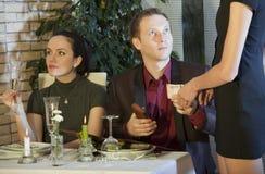 Fattura di pagamento dell'uomo in ristorante Immagine Stock Libera da Diritti