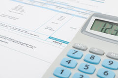 Fattura pratica e calcolatore non pagati accanto  Fotografie Stock