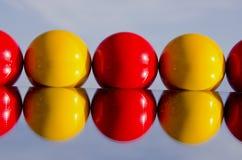 Fattura rossa e gialla di indicazione sullo specchio immagine stock