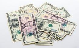 Fatture americane delle banconote dei dollari dei soldi su fondo bianco Fotografie Stock