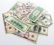 Fatture americane delle banconote dei dollari dei soldi su fondo bianco Immagine Stock