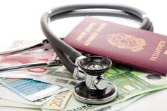 Fatture con lo stetoscopio ed il passaporto Immagini Stock Libere da Diritti