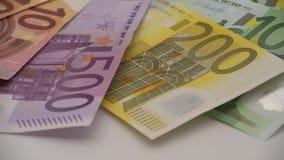 fatture degli euro 4K dei valori differenti Un'euro fattura di cinque e di duecento contanti archivi video
