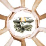 Fatture del dollaro con le mani umane multiracial intorno Immagini Stock