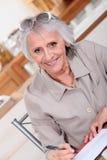 Fatture di pagamento anziane di signora Immagine Stock Libera da Diritti