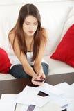 Fatture di pagamento della giovane donna. Fotografia Stock