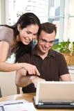 Fatture di pagamento delle coppie da attività bancarie in linea Fotografia Stock