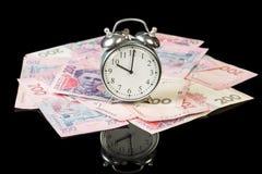 Fatture di soldi con l'orologio Fotografie Stock Libere da Diritti