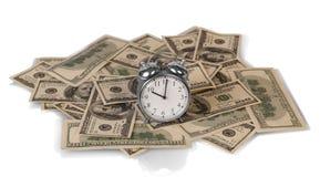 Fatture di soldi con l'orologio Fotografia Stock