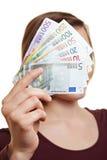 Fatture di soldi della holding della donna sulla parte anteriore Fotografie Stock
