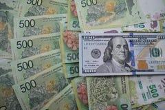 Fatture di soldi, il peso argentino e dollari americani Immagini Stock