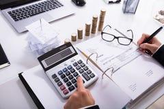 Fatura calculadora da mulher de negócios imagem de stock