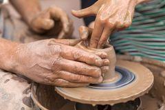 Fatura da cerâmica Mãos que trabalham na roda da cerâmica Imagem de Stock Royalty Free