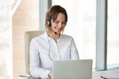 Fatura de consulta vestindo de sorriso do cliente dos auriculares do telemarketer fotos de stock