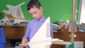 Fatura de modelos planos na sala de aula 4K vídeos de arquivo