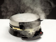 Fatura de waffles quentes cozinhando frescos Foto de Stock