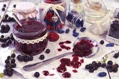 A fatura do doce da baga do corinto preto e da baga da madressilva com vintage range na tabela Fotografia de Stock Royalty Free