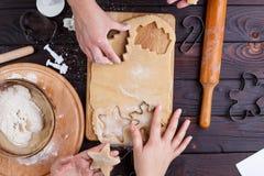 Fatura do pão-de-espécie Amigos que cortam cookies da massa do pão-de-espécie imagens de stock