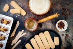 Fatura dos picolés do Tiramisu O gelo estala com as cookies do savoiardi e os ingredientes italianos do tiramisu na mesa de cozin imagens de stock royalty free