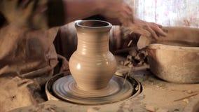 A fatura tradicional da cerâmica, próxima acima do ` s do oleiro entrega dar forma a uma bacia no giro pela argila vídeos de arquivo