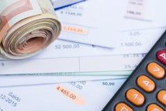 Faturas e contas, rolo do dinheiro, calculadora Foto de Stock